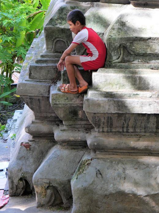 Natürlich kann man auf den Stupas klettern... Wat Phnom, Phnom Penh, Kambodscha (Foto Jörg Schwarz)
