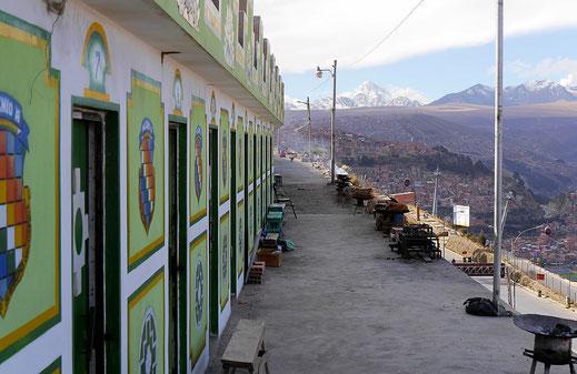 Ganz oben: Die Offices in denen unter anderem Opferrituale für Patchamama und anderes abgehalten werden... La Paz, Bolivien (Foto Jörg Schwarz)
