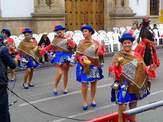 Für das Fernsehen das Lächeln nochmal steigern... Sucre, Bolivien (Foto Jörg Schwarz)