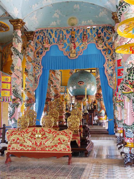 Was für ein Privileg: Wir dürfen das absolute Heiligtum - das 'Alles sehende Auge' - umrunden... Tay Ninh, Vietnam (Foto Jörg Schwarz)