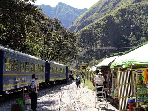 In Hydroelectrica geht es auf einen zwei-stündigen Trek nach Aguas Calientes, Machu Picchu, Peru (Foto Jörg Schwarz)