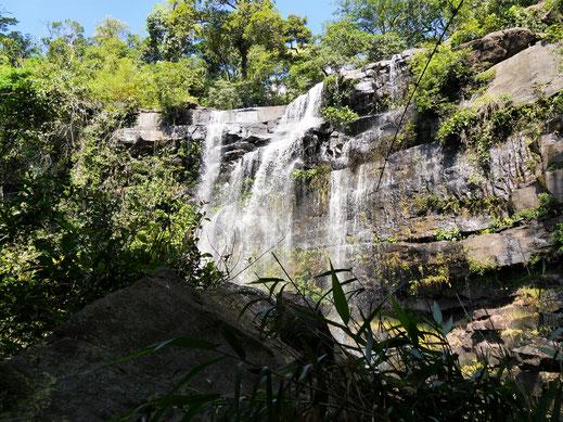 Der Wasserfall von unten - wir müssen da oben noch rauf... Bei Koh Kong City, Kambodscha (Foto Jörg Schwarz)
