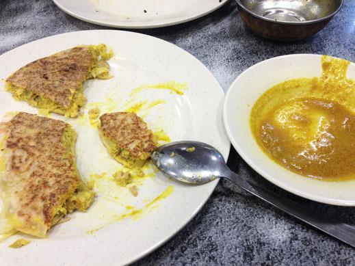 Das Murtabak wird hier mit Huhn, Lamm oder vegetarisch, dafür aber mit Käse und einem Daal (Linsensuppe) serviert und schmeckt vorzüglich...  Kuala Lumpur, Malaysia (Foto Jörg Schwarz)