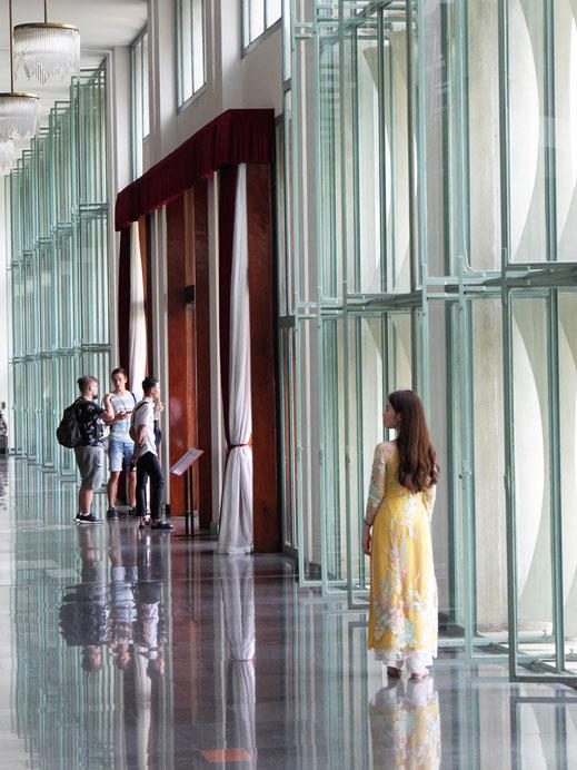 Aber auch die Ästhetik der 60er Jahre - hier mal ansehnlich und hell - sowie die Lieblingsbeschäftigung des modernen Menschen - Posieren - sind hier zu sehen... Ho-Chi-Minh-Stadt, Vietnam (Foto Jörg Schwarz)
