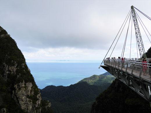 Die Skybridge führt den Besucher auf atemberaubende Weise quer über das Dach des Dschungels, Langkawi, Malaysia (Foto Jörg Schwarz)