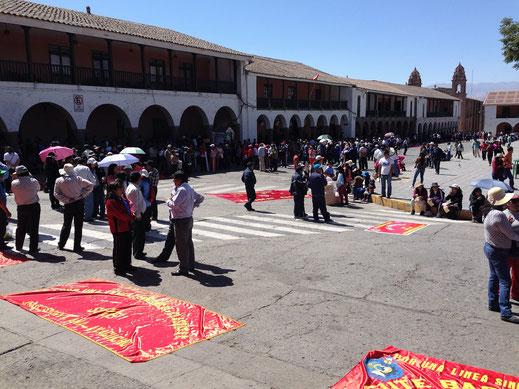 Sammeln vor dem Marsch - Ayacucho, Peru (Foto Jörg Schwarz)