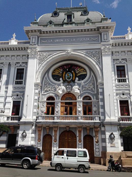 Das Eingangsportal des Regierungspalasts von Sucre, Bolivien (Foto Jörg Schwarz)