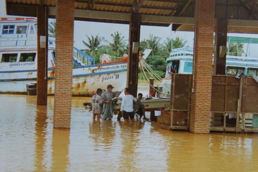 1997: An Tag 2 des Aufenthalts in Chumphon sank der Wasserspiegel bereits wieder... Chumphon, Thailand (Foto Jörg Schwarz)