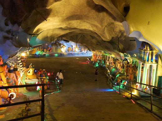 Bunt und figurenlastig, aber imposant wird es in der Ramayana Höhle... Kuala Lumpur, Malaysia (Foto Jörg Schwarz)