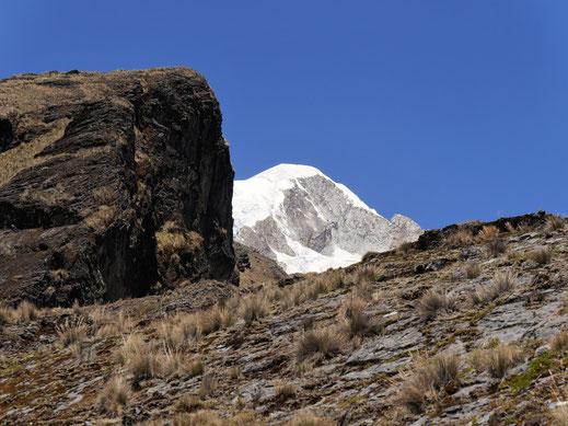 Atemberaubende Bergszenerie - im Hintergrund der Illampu (6.368 m), bei Sorata, Bolivien (Foto Jörg Schwarz)