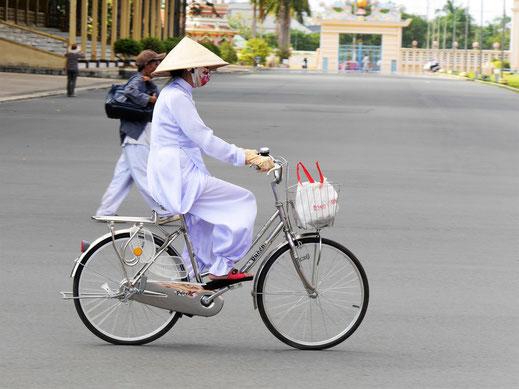 Weiß ist die Farbe der Gläubigen, die hier innehalb des Geländes auch mal so daherkommen... Tay Ninh, Vietnam (Foto Jörg Schwarz)