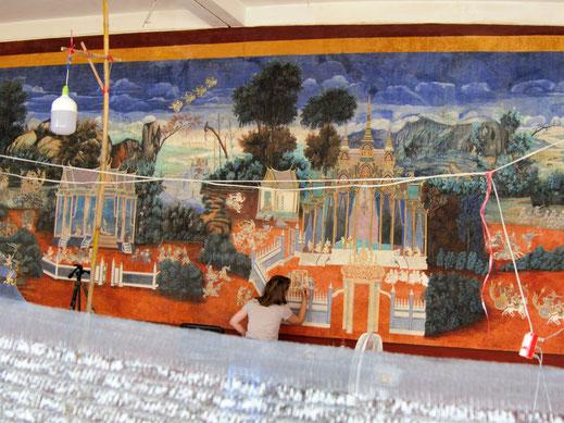 Artist on work - Restauration der Reamker-Wandgemälde auf dem Gelände der Silberpagode, Phnom Penh, Kambodscha (Foto Jörg Schwarz)
