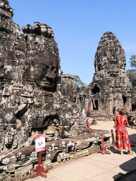 Farbtupfer im farblosen Gestein... Bayon, Kambodscha (Foto Jörg Schwarz)
