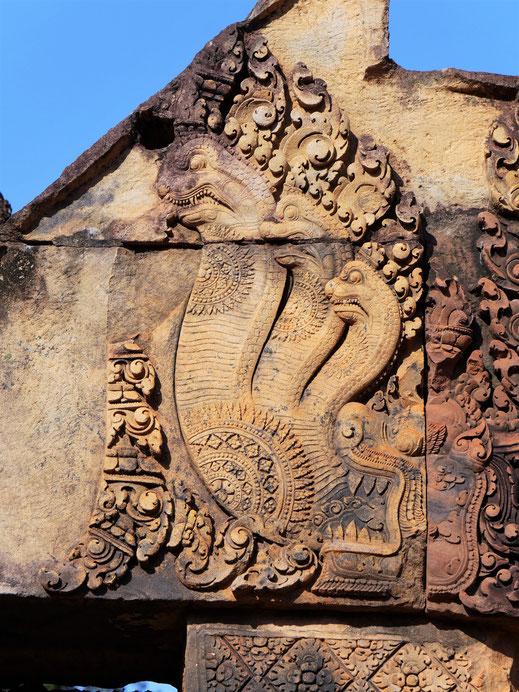 Diese Naga-Darstellungen sind doch einfach zu schön, das ist ja fast Comic... Banteay Srei, Kambodscha (Foto Jörg Schwarz)