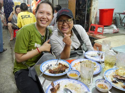 Mahlzeit Nr. 2 und unsere beiden Food-Guides: Perfekt gewürztes - leicht süßliches - Schweinefleisch vom Grill, Ho-Chi-Minh-Stadt, Vietnam (Foto Jörg Schwarz)