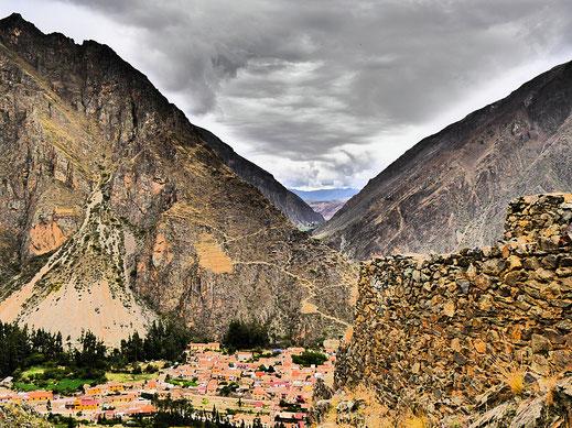 Der Blick von den Ruinen Ollantaytambos auf Stadt und gegenüberliegende Ruinen - im Dramatic Modus, Ollantaytambo, Peru (Foto Jörg Schwarz)