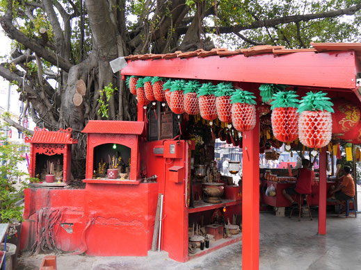 Chinesischer Tempel mit Plastikerdbeeren, George Town, Penang, Malaysia (Foto Jörg Schwarz)