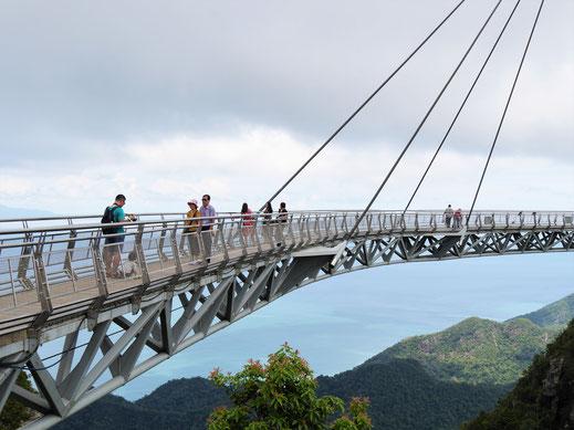 Man blickt von der Skybridge in tiefe Schluchten und Abgründe, Langkawi, Malaysia (Foto Jörg Schwarz)