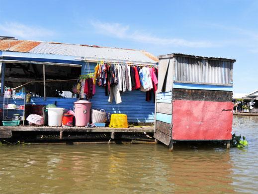 Natürlich gehört zu jedem Haus ne Toilette... Kompong Chhnang, Kambodscha (Foto Jörg Schwarz)