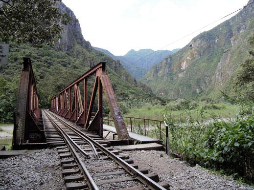 Die Zugbrücke über den Río Urubamba, Aguas Caliente, Peru (Foto Jörg Schwarz)