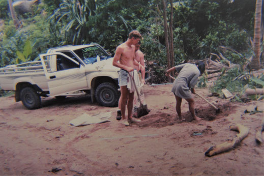 1996: Schon bei gutem Wetter musste an der Piste durch den Dschungel schon mal Hand angelegt werden... Koh Tao, Thailand (Foto Th. Hurlbrink)