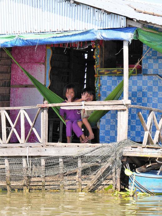 Immer wieder erfreute Kinder... Kompong Chhnang, Kambodscha (Foto Jörg Schwarz)