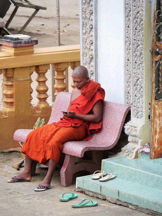 Worin der Reiz auch immer liegen mag - er existiert auch für Mönche... Bei Battambang, Kambodscha (Foto Jörg Schwarz)