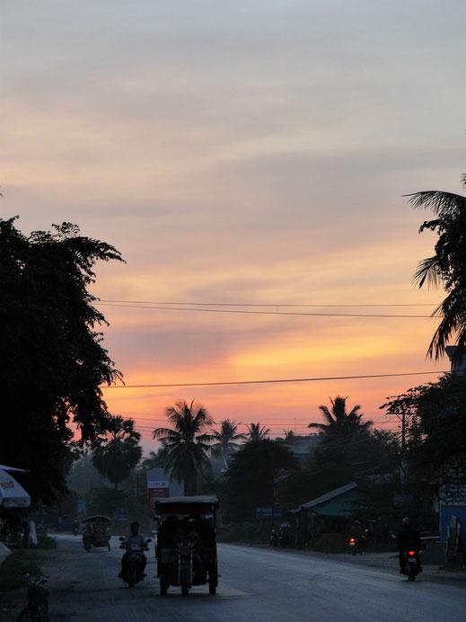 Noch während des wundervollen Sonnenuntergangs verlassen die Fledermäuse ihre Höhle, bei Battambang, Kambodscha (Foto Jörg Schwarz)