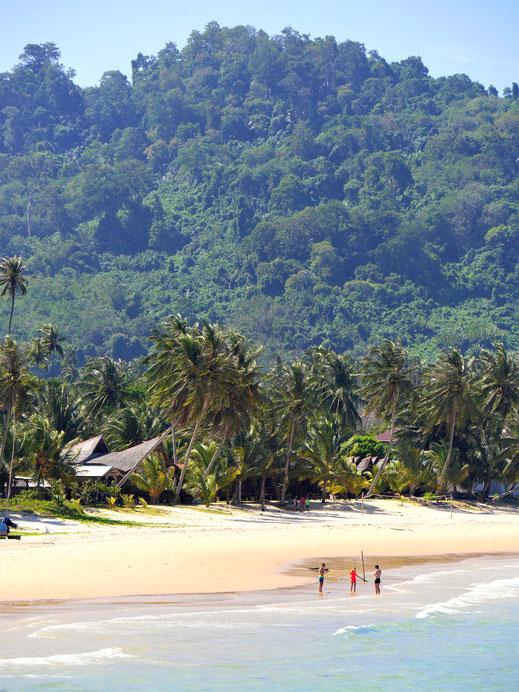 Bevor man auf diesen bezaubernden Strand kommt, gilt es die Berge im Hinterland zu durchqueren, Juara Beach, Pulau Tioman (Foto Jörg Schwarz)