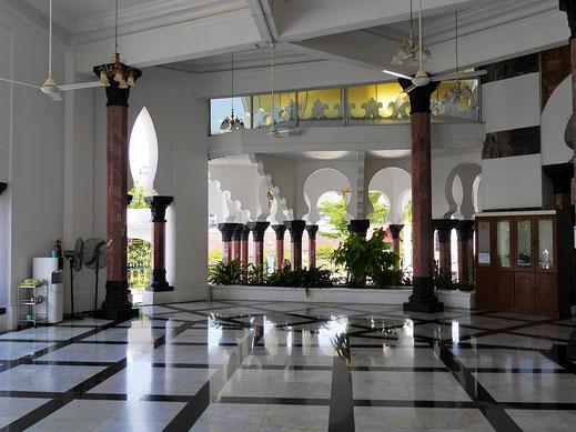Die recht kühlen Vorhallen mit Marmor und maurischen Bögen... Kuala Kangsar, Malaysia (Foto Jörg Schwarz)