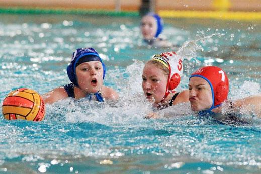 Zwei der WSW Wasserballerinnen in Aktion