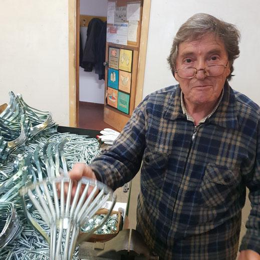 Ferdinando zeigt stolz seine Kunst wie er für Glanzrad einen Fahrradsattel fertigt