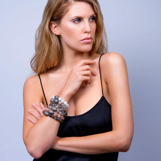 gestapelte Stretcharmbänder mit Diamantelementen und Diamant Gliederarmband