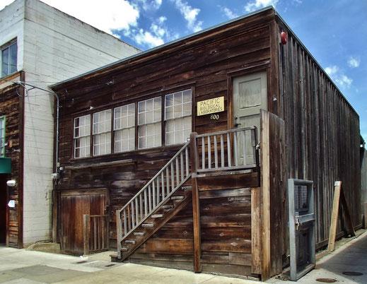 Das von Ed Ricketts 1923 eröffnete Pacific Biological Laboratories wird im Buch als Docs Unterkunft bekannt. Heute schmiegt sich der einstöckige Flachdachbau als unscheinbarer Holzverschlag an das gigantische Monterey Bay Aquarium. (Foto: Mark Miller)