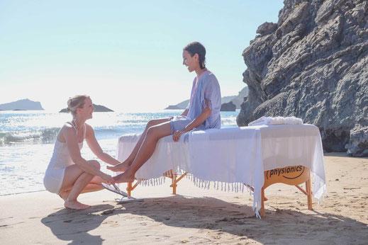 Zwei Frauen bei einer Reiki-Anwendung am Strand