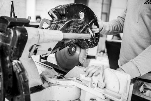 schreiner säge kappsäge schwarz weiss innenausbau ladenbau arbeit handwerker handwerk maschine schreinerei jertz mainz