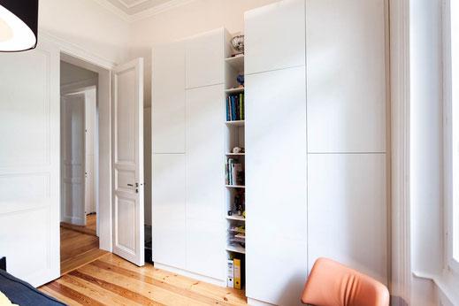 Haus Wohnen Innenausbau Einbauschrank Regal weiß grifflos holz Schreiner Schreinerei Jertz