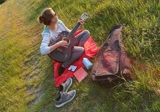 Stendiger Begleiter von Lea-Marie Paaschen: Ihre Gitarre