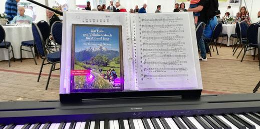 Liederbuch mit Volksliedern für Alt und Jung lädt zum Mitsingen ein.
