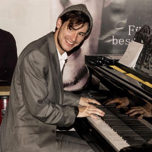 Pianist Tom Wolf jammt mit.