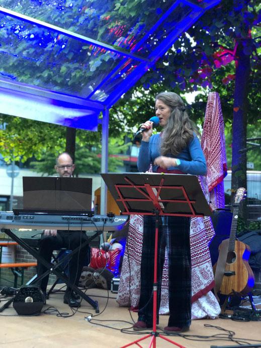 Sängerin Inge Tibben und Pianist Mirko Graff auf einer Bühne