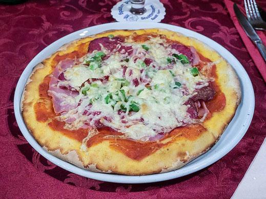 Pizza Schinken, Salami, Zwiebeln und Käse Spalt Restaurant Ciao Sicilia