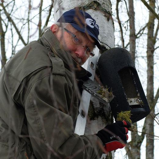 Bevor man einen Nistkasten öffnet, sollte man erst mal anklopfen - nicht dass man eine Maus stört, die im Nistkasten ein gemütliches Winterquartier bezogen hat. Foto: Ruth Alt
