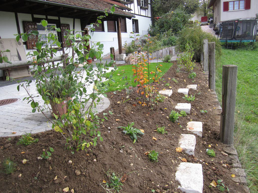 Bepflanzung mit Kalksteinen zum begehen.