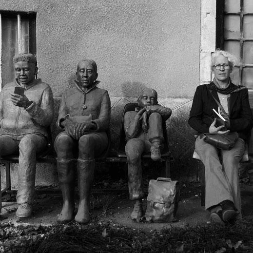 Légende : « Les lieux de désert de l'âme - l'attente » Grès cuisson bois haute température. Personnages taille humaine H : 135 cm L : 3 m. Sculpture Laure Gaudebert.