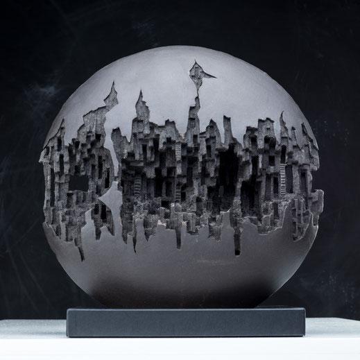 Légende : « Déchirure », grès noir, plaque et sculptée dans la masse, 40 x 15 cm. Sculpture de Norbert Botella. Photo Joël Bardeau