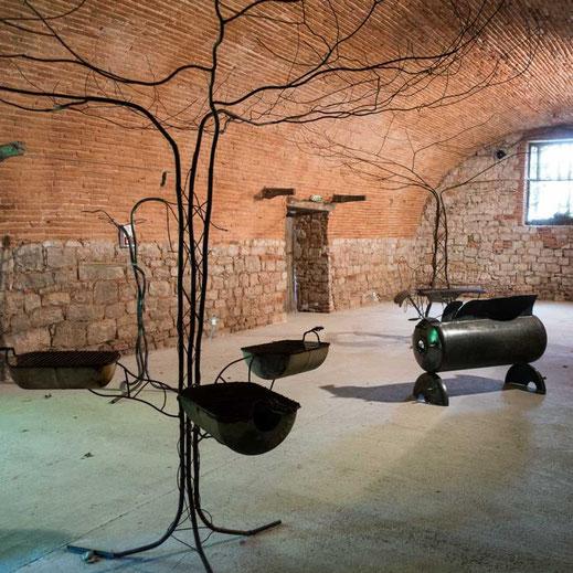 Légende : Arbre à feu 2,5 x 5 m, banc 1,60 x 1,20 m, arbre à palabre 7m x 3m - métal soudé. RV l'Arbre