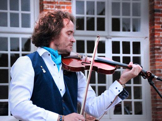 Violinist Shenoll Tokaj im Schlossgarten, Schloss Eutin, Copyright Shenoll Tokaj 2020