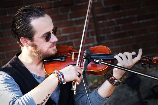 Musiker Shenoll Tokaj spielt Violine, Copyright Shenoll Tokaj 2020
