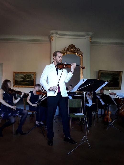 Solist Shenoll Tokaj spielt Violine, Copyright Shenoll Tokaj 2020